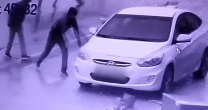 Otomobilin camını taşla kırıp, böyle soydular