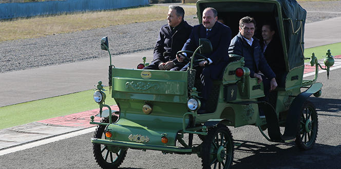 Sanayi ve Teknoloji Bakanı Mustafa Varank, yerli üretim elektrikli faytonu F1 pistinde test etti