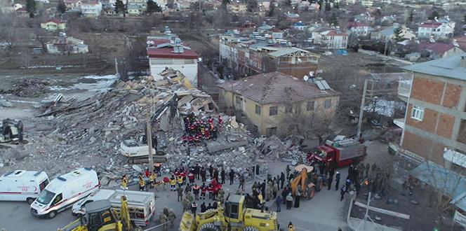 Ünlü isimler deprem sonrası yaşadıkları üzüntüyü sosyal medyada paylaştı!