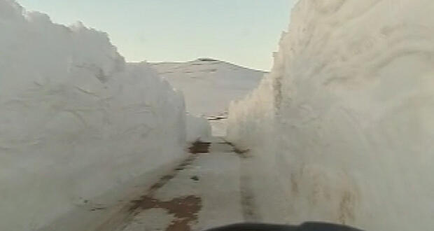 2 metreyi bulan kar yolda tünel oluşturdu