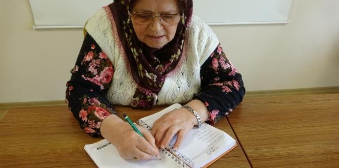 70 yaşında okuma yazma öğrenen Ayşe teyze hayatının kitabını yazıyor