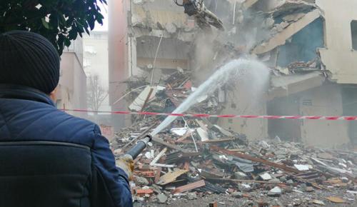 Bahçelievler'de 3 ağır hasarlı bina daha yıkıldı