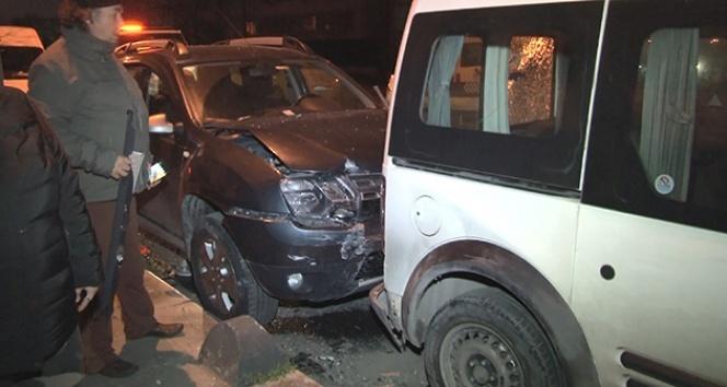 Direksiyon hakimiyetini kaybeden sürücü park halindeki 7 araca çarptı