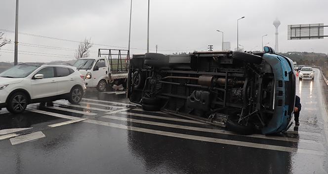 E-5 karayolunda yolcu minibüsü devrildi: 2 hafif yaralı