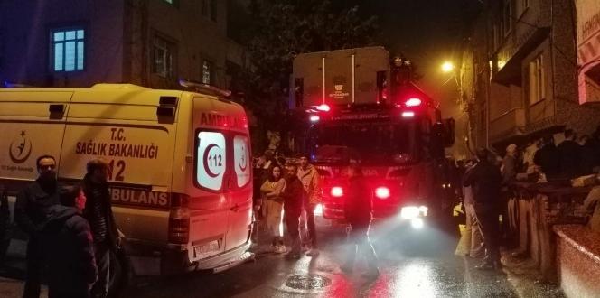 Gecekondunun çatısında yangın çıktı, 3 kişi mahsur kaldı