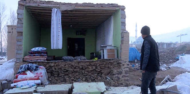 İki depremin yaşandığı köyde sağlam ev kalmadı