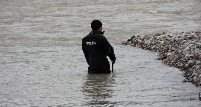 Dalgıçlar kayıp engelli şahsı nehirde arıyor