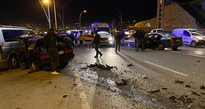 İki otomobil kafa kafaya çarpıştı: 3 ölü