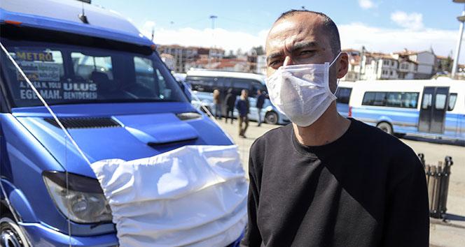 Korona virüse dikkat çekmek için dolmuşuna maske taktı