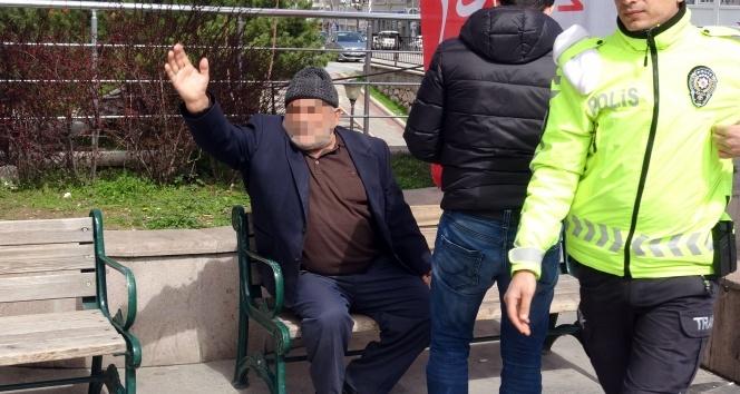 Risk grubundaki yaşlı adam habercilere hakaret etti, bıçak çekti