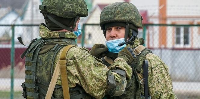 Rus askerleri korona virüsüne karşı maske kullanmaya başladı
