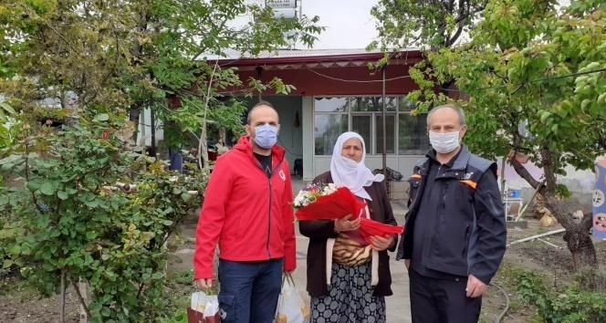 Bakan Selçuk, şehit anneleri ve huzurevindeki büyüklerin Anneler Gününü kutladı