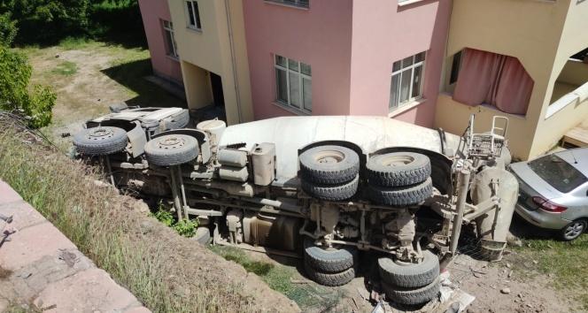 Beton mikseri 5 metre yükseklikten bahçeye uçtu eve çarptı