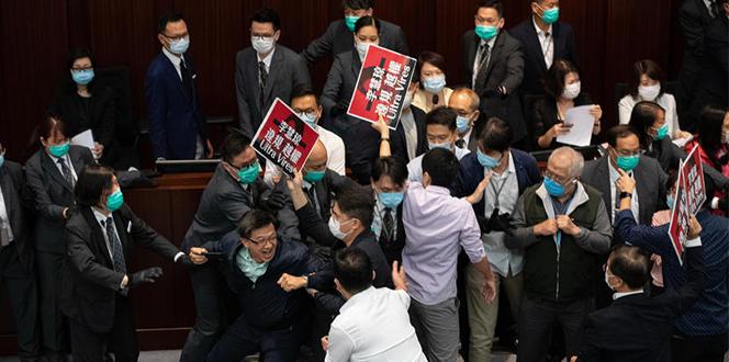 Hong Kong parlamentosu savaş alanına döndü