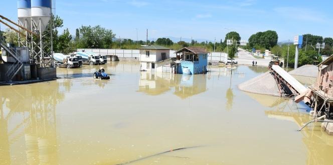 Kanal taştı, iş yeri sular altında kaldı