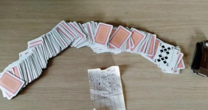 Polisi karşılarında görünce kumar kağıtlarını camdan aşağı attılar