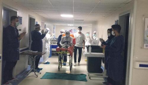 105 yaşında korna virüs yendi, alkışlarla taburcu edildi