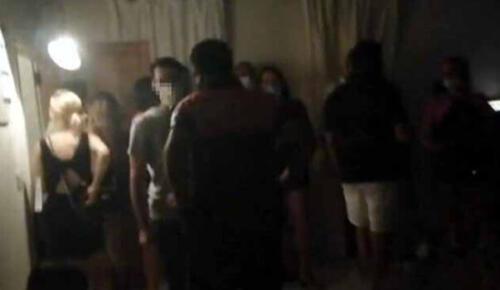 Koronavirüs önlemlerini hiçe saydılar… Rezidansta skandal görüntü