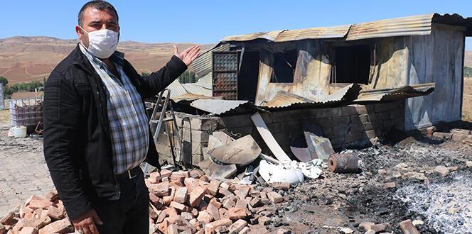 Evi yakıldı, o yanan bayrak ve ağaçlar için üzüldü
