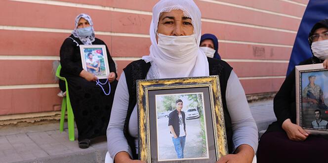 HDP önünde evlat nöbeti tutan ailelerin hikayeleri yürek dağlıyor