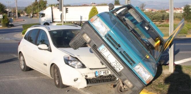 Antalya'da yürekleri ağızlara getiren trafik kazası