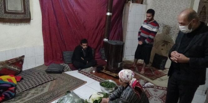 10 nüfuslu Karaaslan ailesi, tek gözlü evde yaşama tutunmaya çalışıyor
