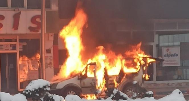 Park halindeki kamyonet yandı!