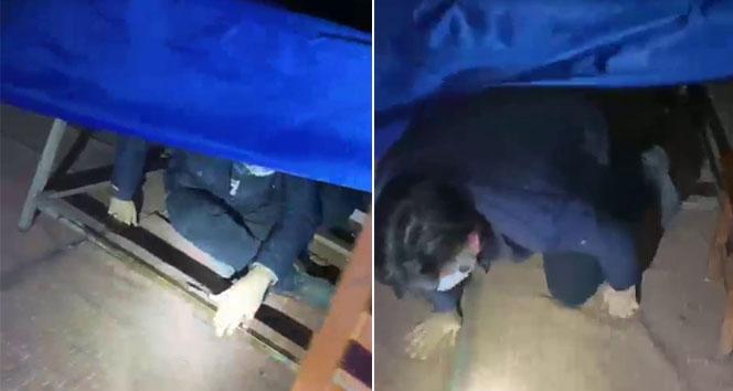 Polisi görünce masanın altında saklandı