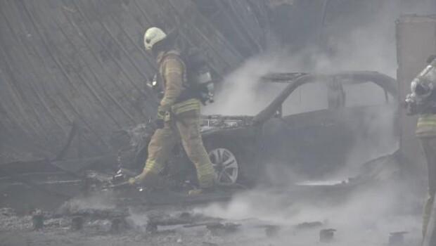 Son dakika… İstanbul'da ayakkabı mağazasında yangın: 3 araç küle döndü