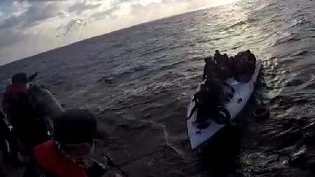 Su alan teknedeki kaçak göçmenler kurtarıldı