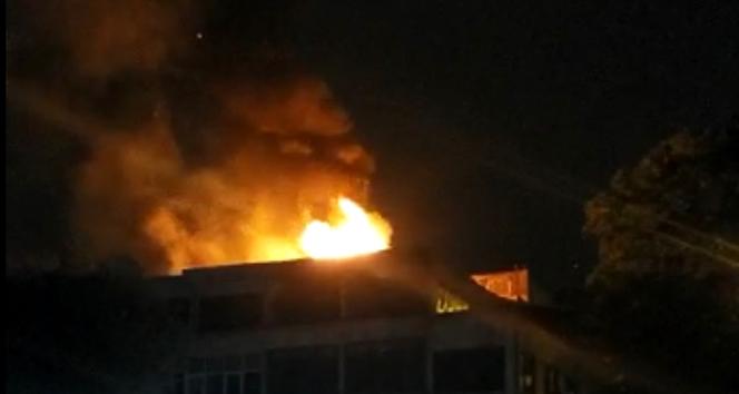 Fatih'te 4 katlı iş merkezinin çatısı alev alev yandı