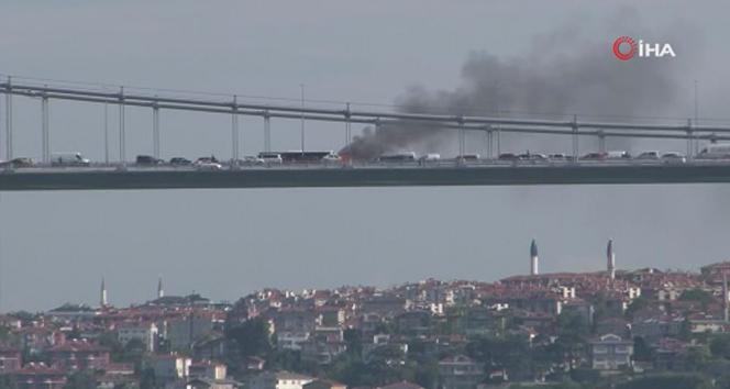 FSM Köprüsü'nde araç alev alev yandı