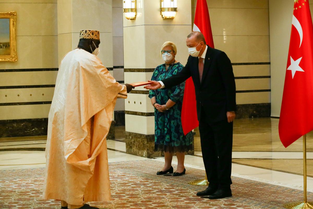 Gambiya Büyükelçisi Njie, Cumhurbaşkanı Erdoğan'a güven mektubu sundu