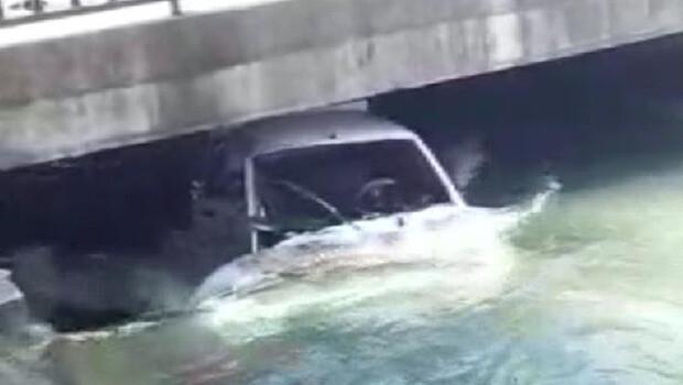 Hafif ticari araçla çarpışan otomobil, sulama kanalına uçtu!