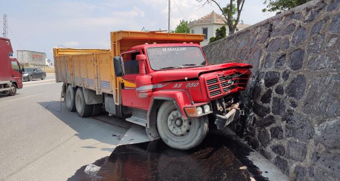 Sultangazi'de freni patlayan kamyon refüjü aşıp istinat duvarına çarptı