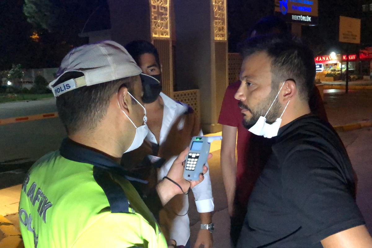 Alkollü sürücü polisi görünce yaya rolü yaptı