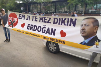 Cumhurbaşkanı Erdoğan'ın Diyarbakır ziyaretinde açılan destek pankartı ilgi çekti