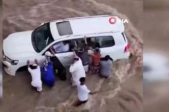 Suudi Arabistan'daki selde 3 kişi hayatını kaybetti